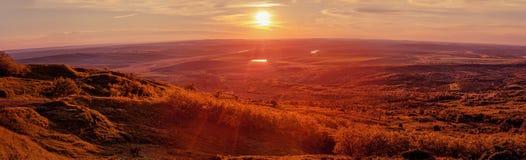 Paysage et coucher du soleil de pays Panorama photo stock