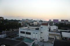Paysage et paysage urbain avec la route du trafic de la ville de Phitsanulok dedans Photos stock