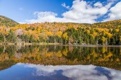 Paysage et réflexion colorés d'automne dans la réserve forestière blanche de montagne, New Hampshire Image stock