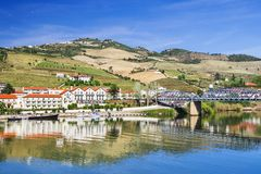 Paysage et vignobles en vallée de Douro avec le village de Pinhao, Portugal photo stock