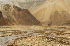 Paysage extraterrestre avec les roches et la rivière sans vie, Icelan Photographie stock libre de droits