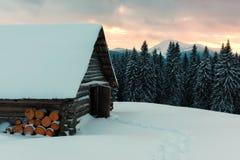 Paysage fantastique avec la maison neigeuse Image libre de droits