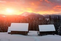 Paysage fantastique avec la maison neigeuse Images libres de droits