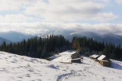 Paysage fantastique avec la maison neigeuse Photos libres de droits