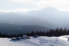 Paysage fantastique avec la maison neigeuse Photographie stock libre de droits