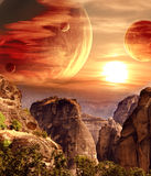 Paysage fantastique avec la planète, montagnes, coucher du soleil photographie stock libre de droits
