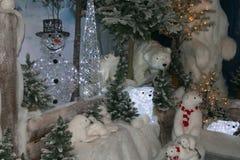 Paysage fantastique d'hiver avec l'ours blanc et le bonhomme de neige Photo stock
