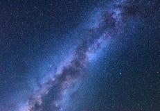 Paysage fantastique de nuit avec la manière laiteuse lumineuse Images libres de droits