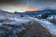 Paysage fantastique rougeoyant par lumière du soleil Parc naturel Carpathien, Ukraine, l'Europe Carpathien, Ukraine, l'Europe Bon Image stock