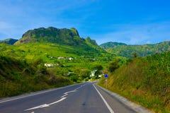 Paysage fertile volcanique du Cap Vert, route de goudron à la petite ville rurale, pentes fertiles, Volcano Crater image libre de droits