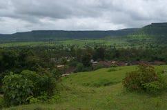 Paysage foncé de montagne d'un village de Satara Images libres de droits