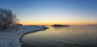 Paysage givré de matin d'hiver avec la rivière de brume et de forêt, Russie, Ural Image libre de droits