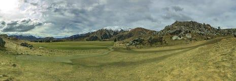 Paysage grand-angulaire de panorama de la montagne et de la terre s de colline de château Photos libres de droits