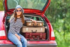 Paysage heureux d'été de voiture de valises de voyage de fille Photos stock