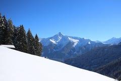 Paysage hivernal de montagne avec le soleil Photos libres de droits