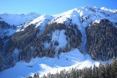 Paysage hivernal de montagne avec le soleil Image libre de droits