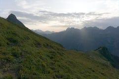 Paysage idyllique de montagne dans les Alpes dans le printemps avec les p?turages verts frais de montagne avec les fleurs de flor photos libres de droits