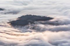 Paysage idyllique de montagne de matin-HDR brumeux Photos libres de droits