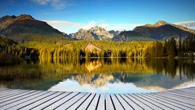 Paysage idyllique de montagne, vue de réflexion de lac Image stock