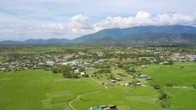 Paysage imagé avec la montagne de montagne de village banque de vidéos