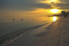 Paysage incroyable des rivages de la Mer Noire avec les cygnes et le soleil lumineux image libre de droits