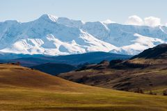 Paysage incroyable du secteur de steppe avec des lacs et des arbres se transformant sans à-coup en montagnes avec les crêtes cour Photo stock
