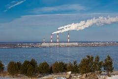 Paysage industriel avec la rivière et le ciel bleu en hiver Photo stock