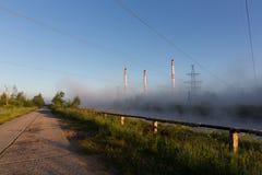Paysage industriel avec le brouillard Photo stock
