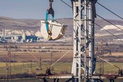 Paysage industriel avec le Ropeway matériel transportant Breaksto Image stock