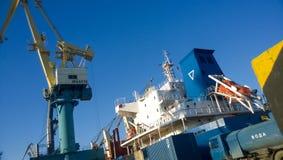 Paysage industriel de l'infrastructure développée de port maritime Mettez en communication les grues et les navires, les entrepôt Image stock