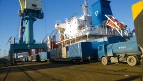 Paysage industriel de l'infrastructure développée de port maritime Mettez en communication les grues et les navires, les entrepôt Image libre de droits