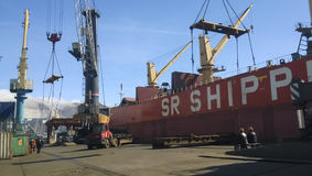 Paysage industriel de l'infrastructure développée de port maritime Mettez en communication les grues et les navires, les entrepôt Photographie stock