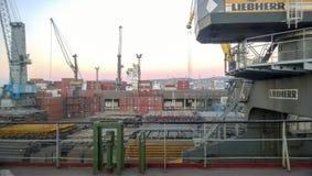 Paysage industriel de l'infrastructure développée de port maritime Mettez en communication les grues et les navires, les entrepôt Photographie stock libre de droits