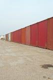 Paysage industriel de la rangée des récipients rouges Ciel nuageux bleu Photographie stock libre de droits