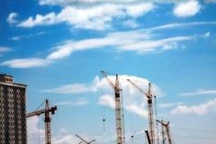 Paysage industriel de ville sur un fond d'un ciel nuageux Image libre de droits