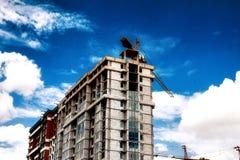 Paysage industriel de ville sur un fond d'un ciel nuageux Images stock