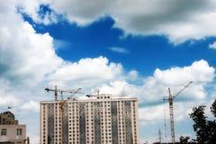 Paysage industriel de ville sur un fond d'un ciel nuageux Photo stock