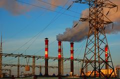 Paysage industriel et tuyaux avec de la fumée dans la perspective du ciel photo libre de droits