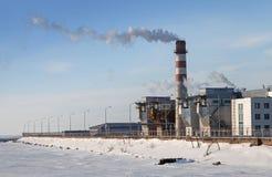 Tube d'usine avec de la fumée sur le vent Image libre de droits