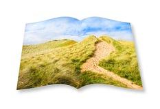Paysage irlandais sauvage avec des dunes de sable - itinéraire aménagé pour amateurs de la nature à la plage Images libres de droits