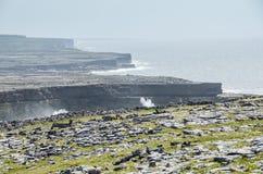 Paysage irlandais - vue d'Aengus brun grisâtre, un fort antique. Images stock