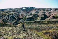 Paysage islandais avec le touriste de montagne dans Landmannalaugar Photos stock