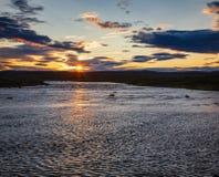 Paysage islandais d'été avec le phénomène Islande Scandinavie du soleil de minuit images stock