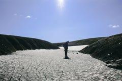 Paysage islandais de montagne avec le seul homme dans Landmannalaugar Image libre de droits