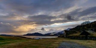 Paysage islandais pendant l'heure d'or de lever de soleil près de Reykjavik Ri Photos libres de droits