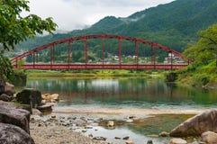 Paysage japonais de campagne avec le pont rouge lumineux au-dessus de Kiso Images libres de droits