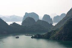 Paysage karstique dans la baie de Halong Photographie stock libre de droits