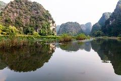 Paysage karstique dans la baie de Halong de terre Photographie stock libre de droits