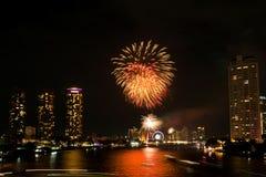 Paysage léger de nuit avec le feu d'artifice, Bangkok, Thaïlande Images stock