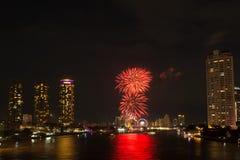 Paysage léger de nuit avec le feu d'artifice, Bangkok, Thaïlande Photographie stock